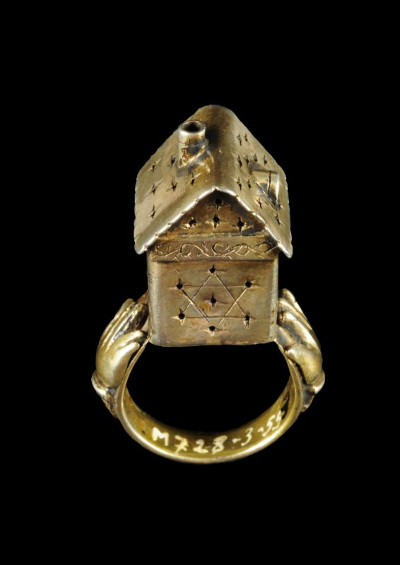 Wedding ring surmounted by a symbolic structure in the form of a house