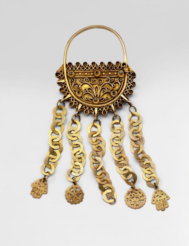 Jewelry amulet, to be suspended at side of the temples