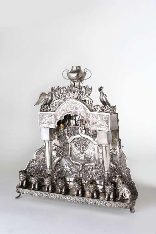 מנורת חנוכה בצורת שער ובזיכי שמן דמויי אריות