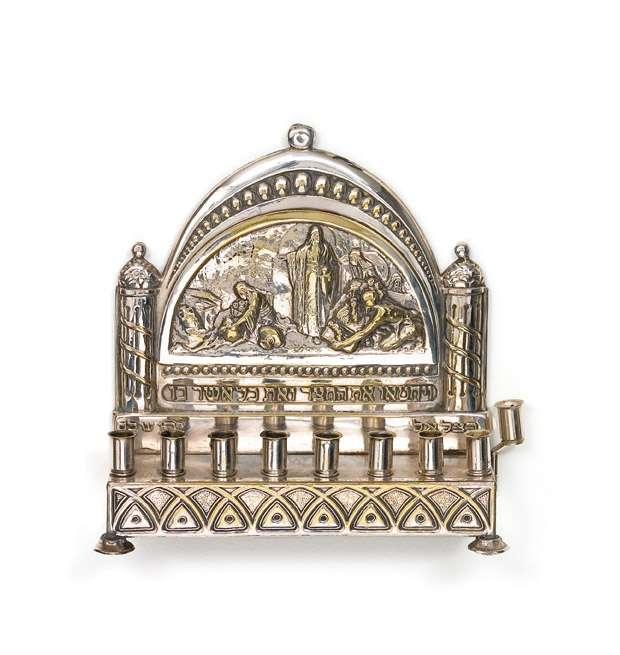 מנורת חנוכה מעוטרת בתיאור המקבים מטהרים את בית-המקדש