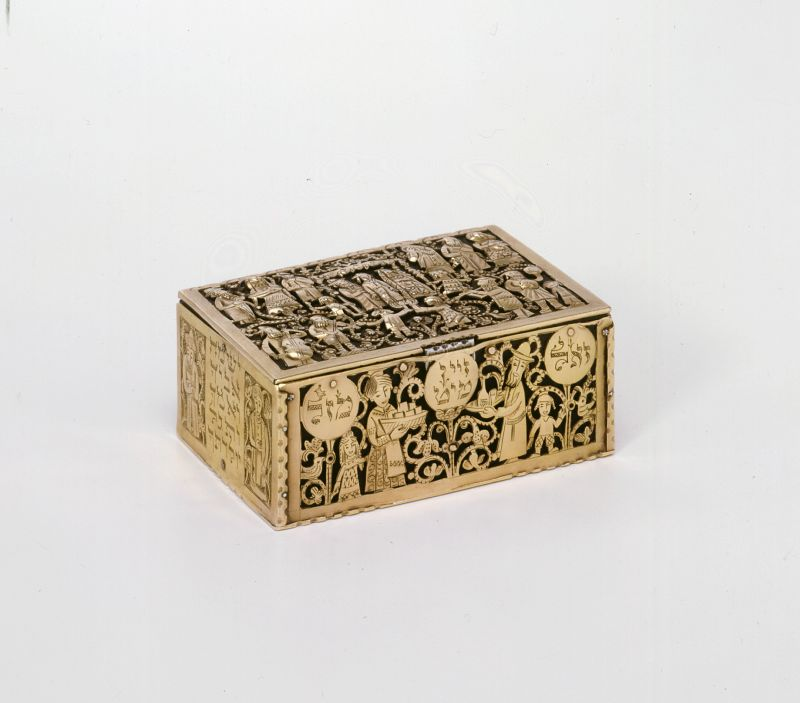 קופסת תכשיטים מעוטרת בתיאורי חתונה