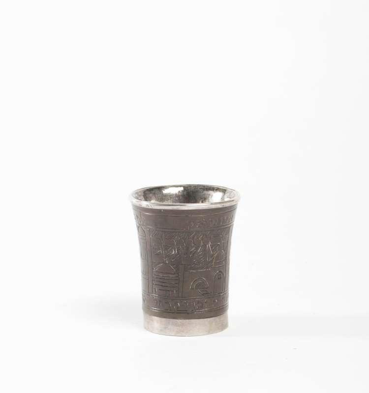 כוס לקידוש נושאת הקדשה לחתן, מעוטרת בתיאורי מקומות קדושים