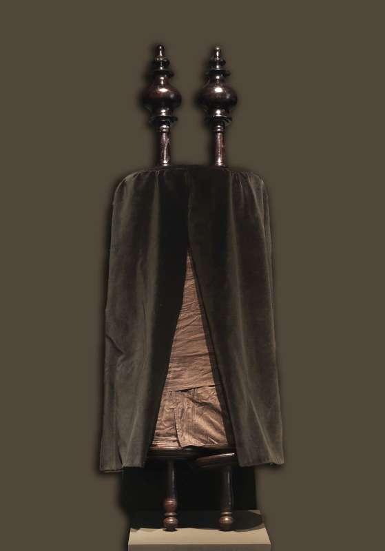 ספר תורה עטוף שחורים ורימוני עץ לט' באב לפי מנהג פורטוגל