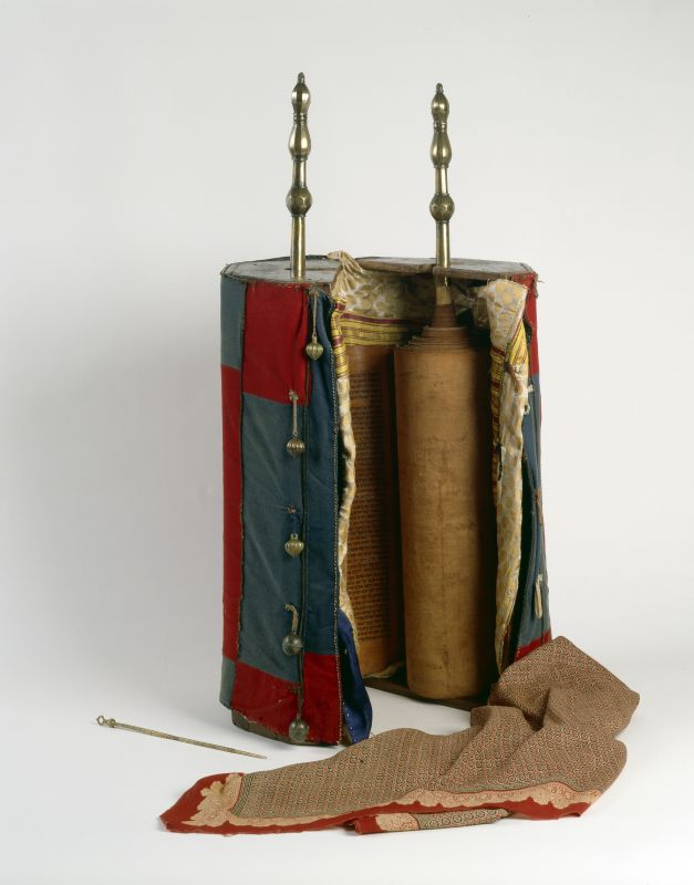 <b>Torah case and ornaments</b>