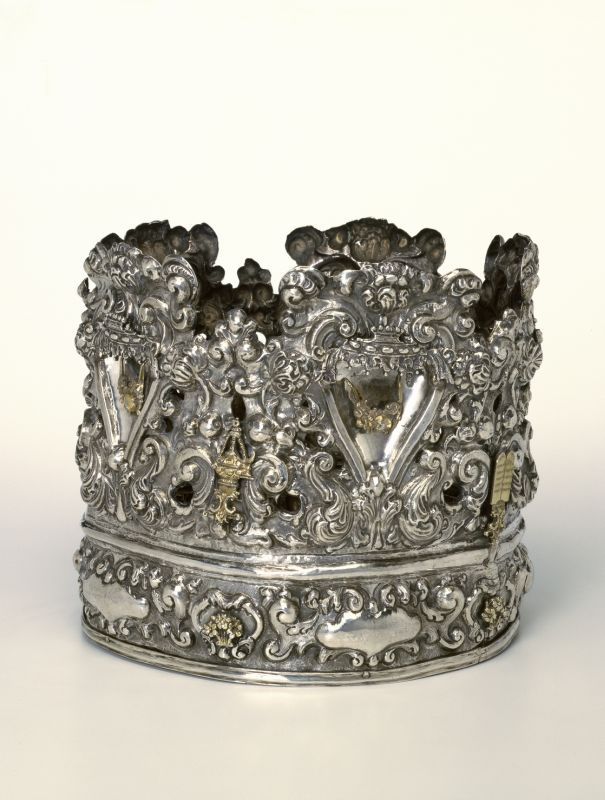 Torah crown decorated with images of the Tablets of the Law, incense utensils, Ark of the Covenant, and the headdress of the High Priest