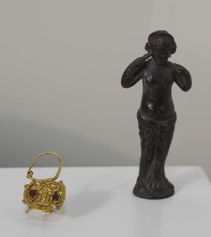 אפרודיטה — פסלון ועגיל