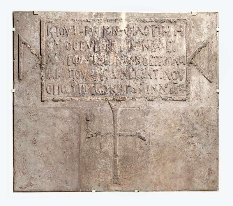 כתובת ביוונית מעוטרת בצלב