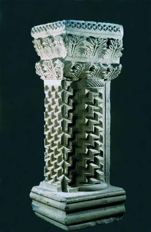 עמוד ארון הקודש מעוטר בעיטור מדורג ובראשו שורות עלי אקנתוס