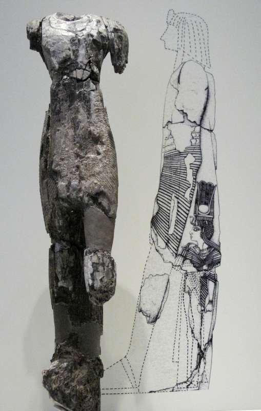 פסל הנושא את שמו של פרעה מֵרנֵפתַח (הראש חסר)