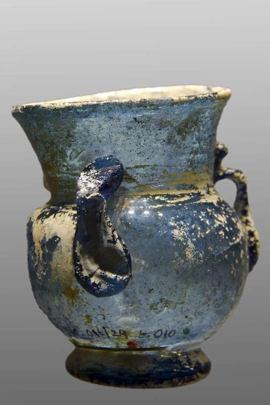Vase-shaped oil lamp