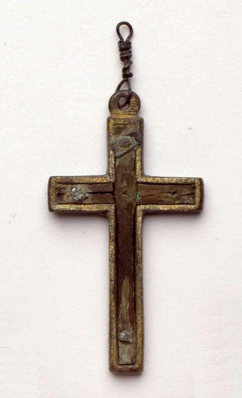 """תליון צלב משובץ בעץ """"מן הצלב האמיתי"""" שעליו נצלב ישו"""