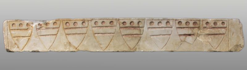לוח ועליו סמלי המשפחה של האציל היו וייק