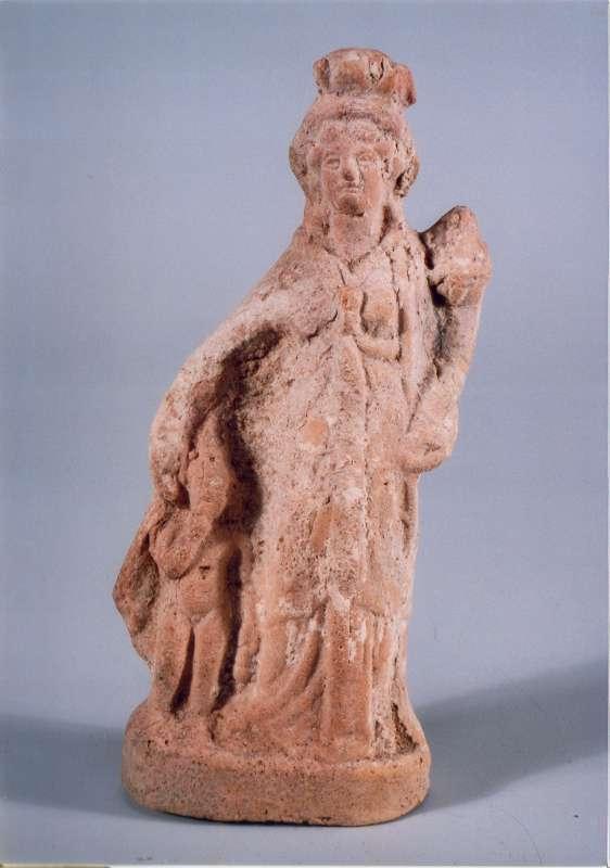 איזיס מחזיקה קורנוקופיה והרפוקרטס עומד לימינה