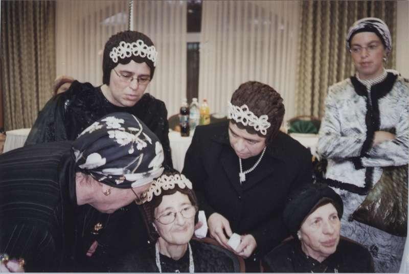 נשות חצר ספינקה בחתונה ולראשן