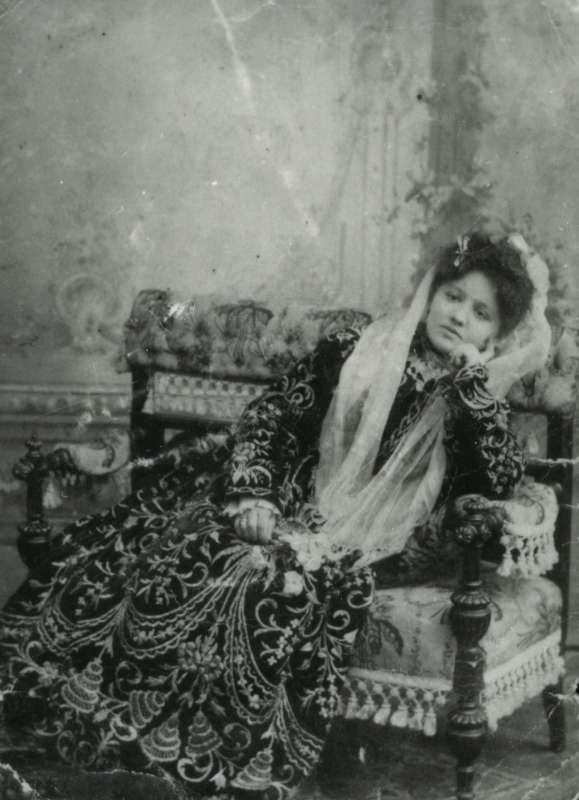 כלה לבושה בשמלת 'בינדלי' לאחר נישואיה
