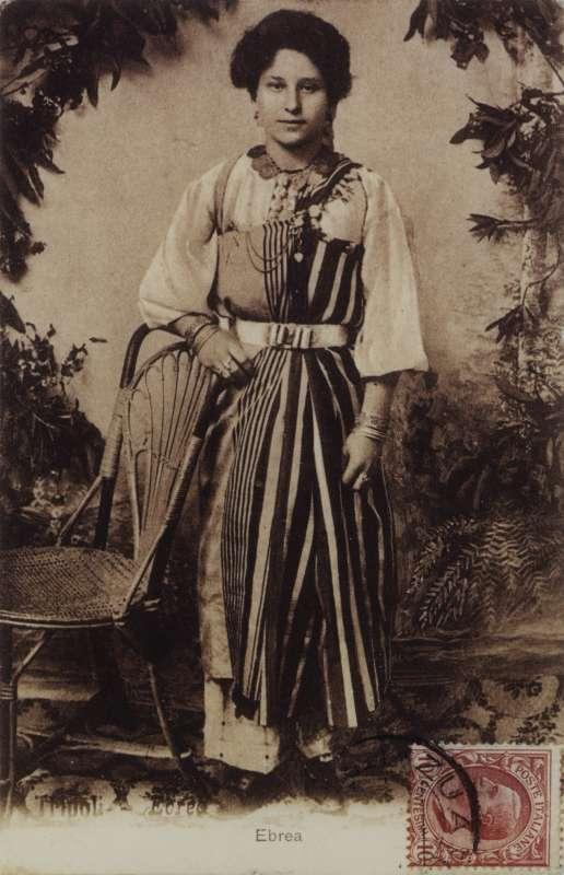 אישה לבושה ביריעת-עטיפה חגיגית