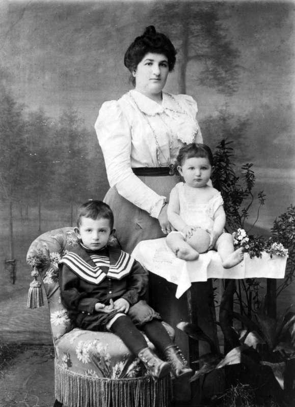 דבורה דיננסון עם ילדיה