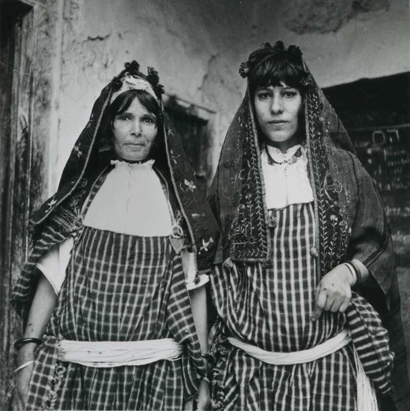 נשים יהודיות ולראשן צעיף טרף
