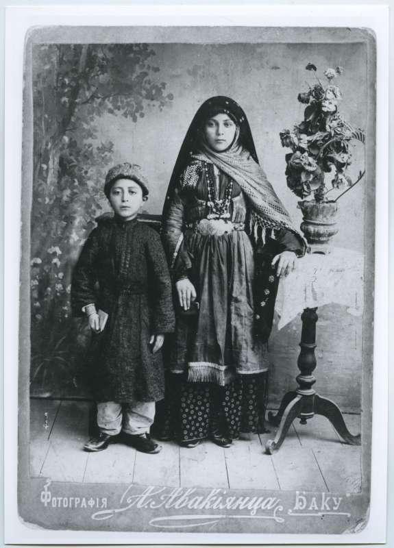 ילדים מקהילת באכּו בלבוש מסורתי