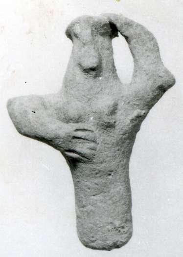 דמות מקוננת שעיטרה קדרה לסעודות אבלים