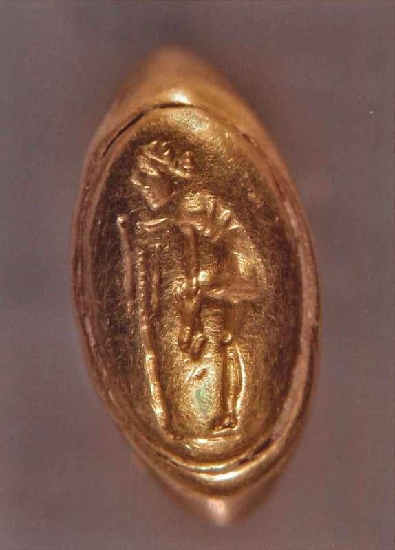 טבעת ועליה תיאור של אפרודיטה חולצת את סנדלה