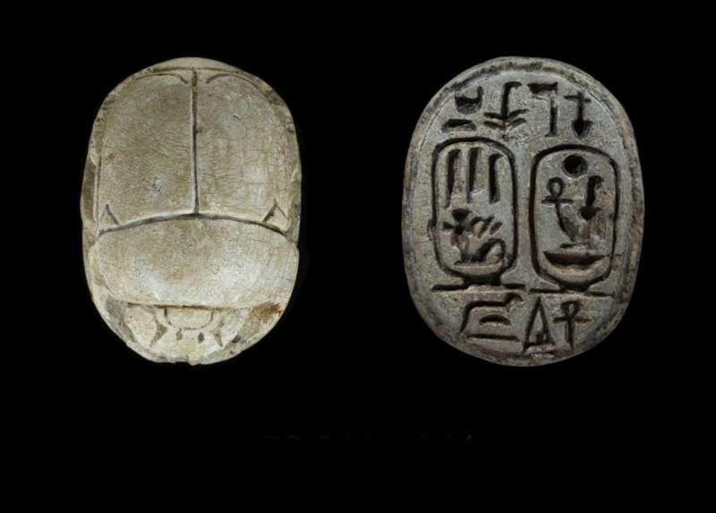חרפושית ועליה שם המלכות של המלך אמנחתפ הג' (מימין) ושם המלכה תיי (משמאל) מוקפים בכרטושים