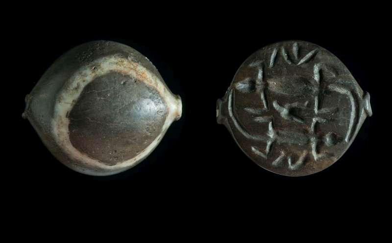 קָמֵעַ מעוטר בשתי לטאות ניצבות ראש-אל-זנב (טֶט-בֶּשׁ)
