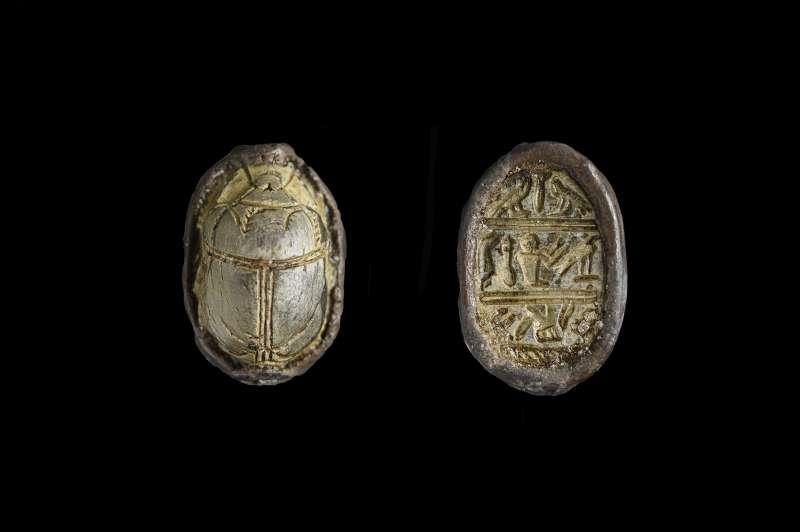 חרפושית פיניקית מעוטרת בדגמים סימטריים בסגנון מצרי