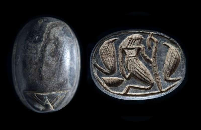 חרפושית כנענית ועליה דמות שראשה ראש בז בין שני נחשי קוברה ('אוּרֵאי')