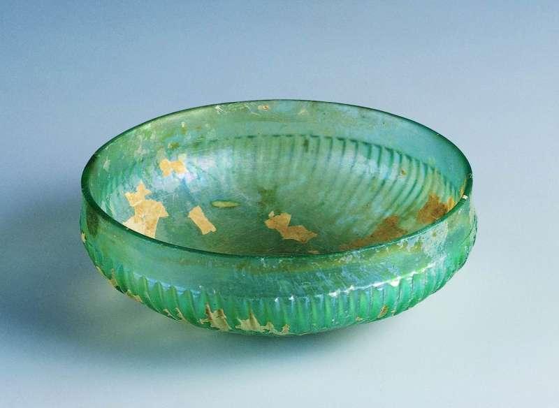 Shallow ribbed bowl