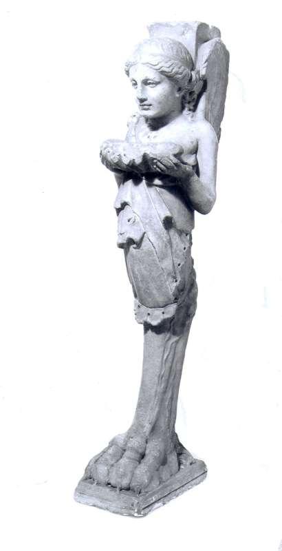 רגל לשולחן מעוטרת בדמות מכונפת נושאת קונכייה