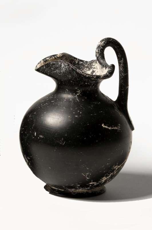 אוינוכה (פך יין) כדורית בעלת פייה תלתנית בסגנון בוקרו