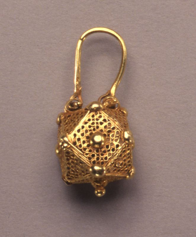 Basket-shaped earring