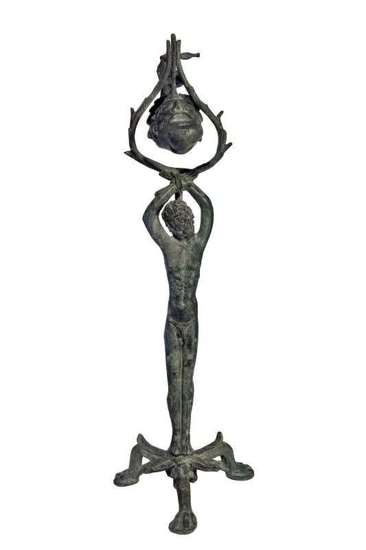 כן למנורה בדמות מרסיאס הכבול המחזיק נר שמן בצורת ראש כושי