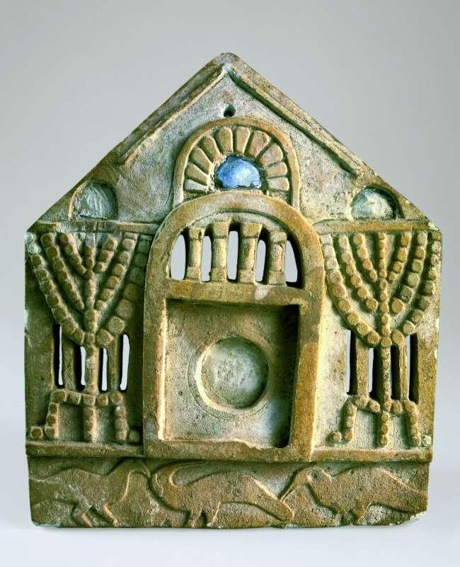 לוחית מראה מעוטרת בצורת חזית מבנה, משני עבריה מנורות ומתחתיה שורת ציפורים