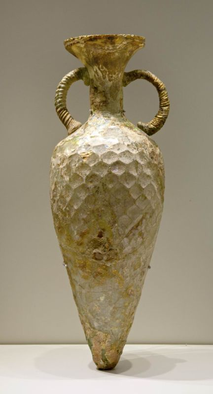 Amphora decorated with hexagonal facets