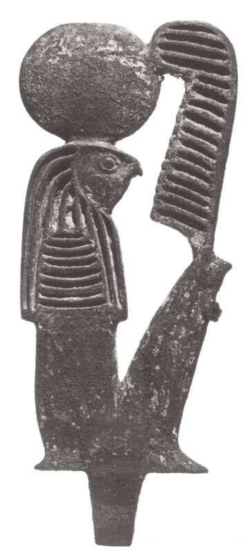 לוחית ועליה דמות אל השמש רע, על ראשו גלגל השמש ועל ברכיו נוצת יען, סמלה של מאעת