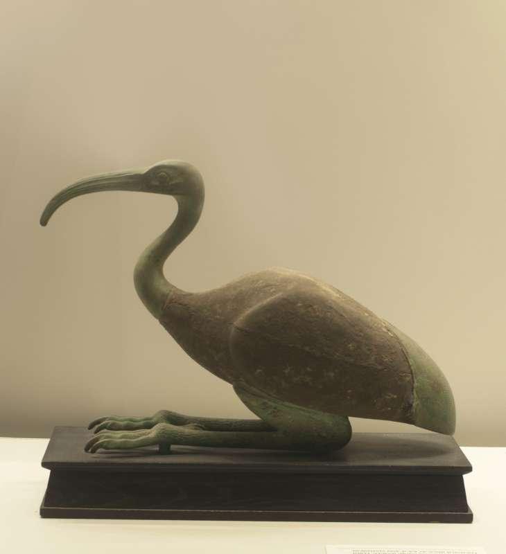 צלמית/ארון קבורה של איביס, אחת ההתגלמויות של תחות, אל הירח ואל החכמה והכתיבה, בדמות בעל חיים