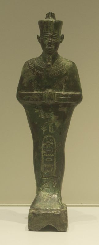 שבתי (צלמית קבורה) ועליה שם הלידה של המלך בַּכֶּנרֶנֶף מוקף בכרטוש