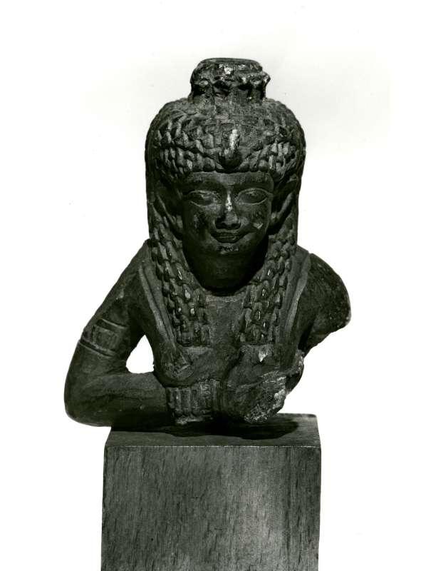 פסלון ראש וחזה בדמות איזיס המיניקה