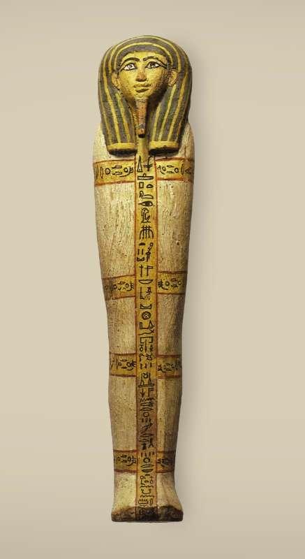 מכסה ארון קבורה של צלמית שבתי, זהה בצורתו לארון קבורה של אדם בגודל מלא