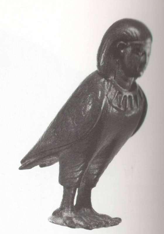 צלמית של בא, ציפור בעלת ראש אדם המייצגת את רוח הנפטר, הנעה בחופשיות בין ממלכת החיים והמתים