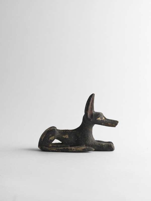 צלמית בדמות תן, ההתגלמות של אנוביס, שומר בתי הקברות, בדמות בעל חיים