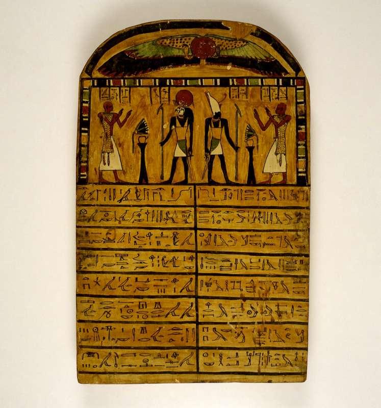 אסטלת קבורה של הכוהן חור, הנראה מגיש מנחות לשתי התגלמויות של אל השמש