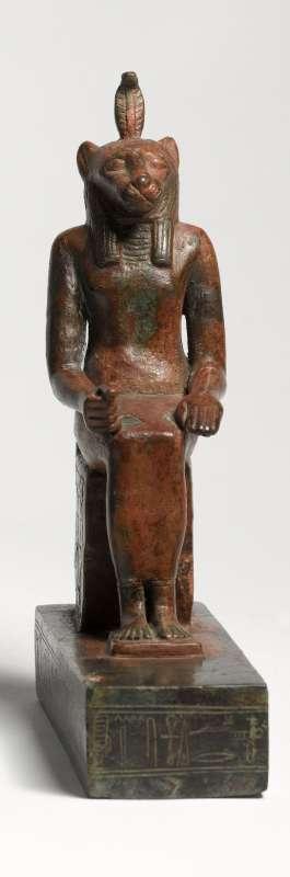 צלמית בדמות ודג'ת, גבירת הדלתה, המתוארת על מאפייניה החייתיים - אישה בעלת ראש אריה ולראשה הקוברה