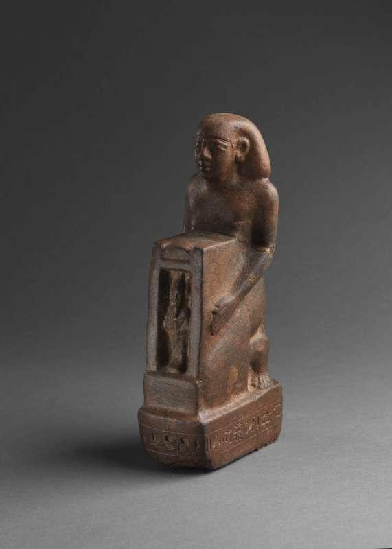 צלמית בדמותו של דז'ד-דז'חותי-יופ-ענח', המפקח על האחוזות, כורע ובידיו מקדש שבתוכו דמות אוזיריס