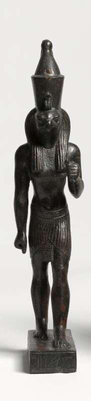 צלמית הורוס, ההתגלמות האלוהית של פרעה, נושא על ראשו את הכתר הכפול המסמל את שלטונו על מצרים העליונה והתחתונה