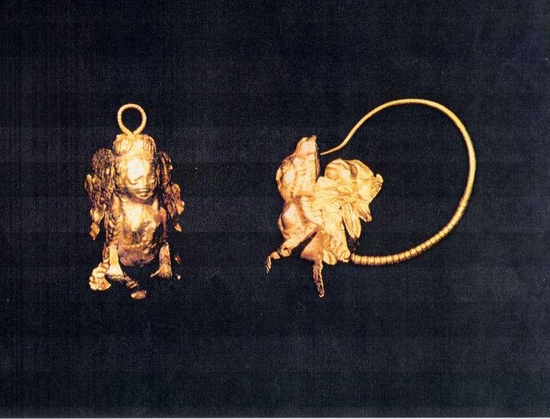 Hoop earrings with busts of sphinxes