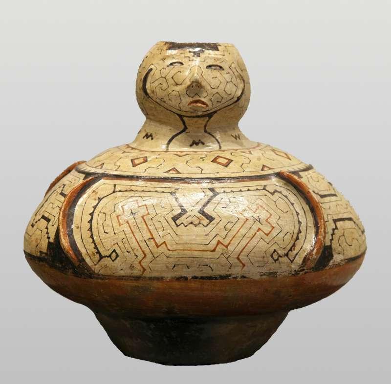 מְכל 'מָסָטו' (משקה אלכוהולי מצמח המניוֹק) דמוי אדם