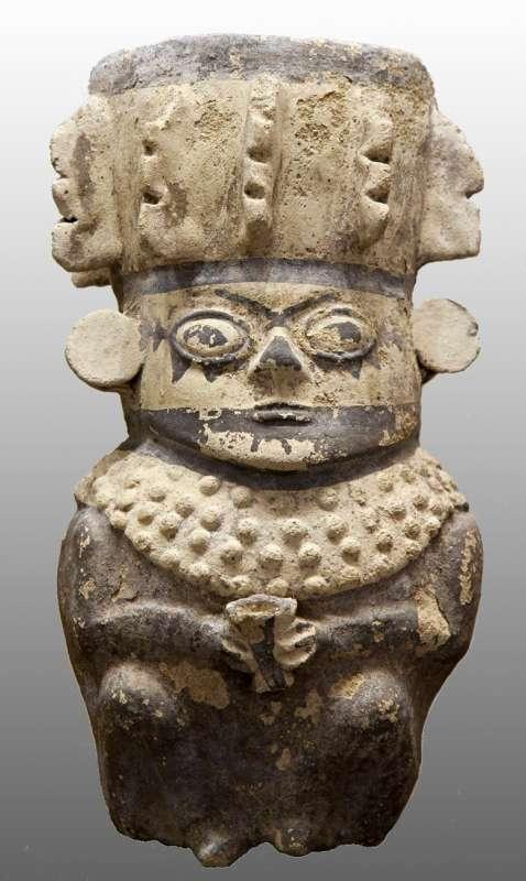 Crowned figure holding a kero beaker